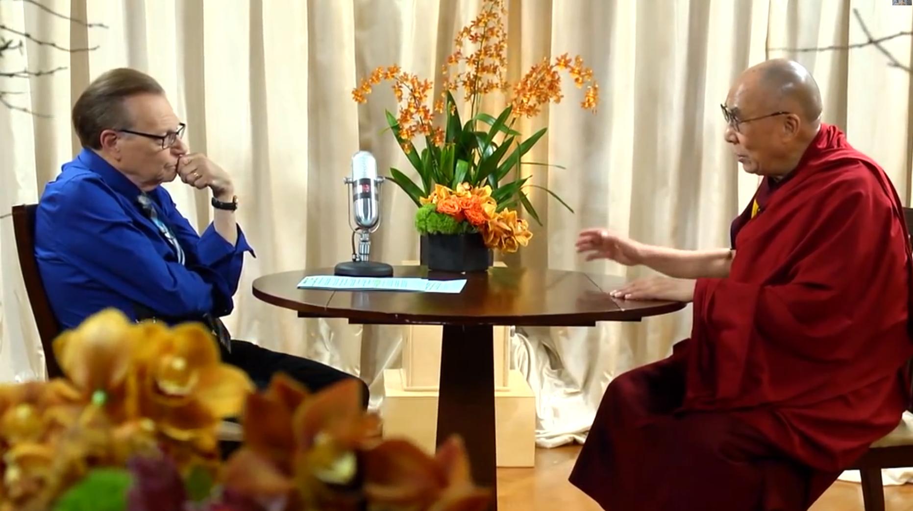 Larry King i Dalaj Lama tokom intervjua