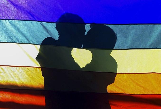 muskaci-lgbt-poljubac-zastava